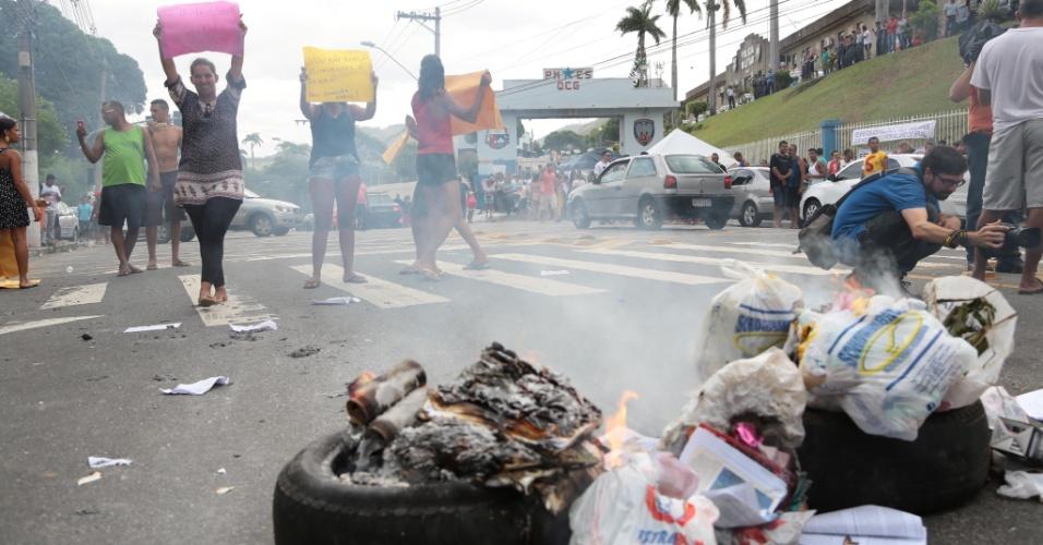 7.fev.2017 - Manifestantes protestam contra greve da PM do ES na porta do quartel do Comando Geral no bairro Maruipe, em Vitória. PMs assistem manifestação de dentro da unidade policial
