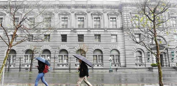 Pedestres passam no prédio da Corte de Apelações, em San Francisco