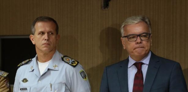 O comandante da PM, coronel Nylton Rodrigues (à esq.), e o secretário de Segurança do ES, André Garcia, anunciam medidas do governo contra os policiais aquartelados