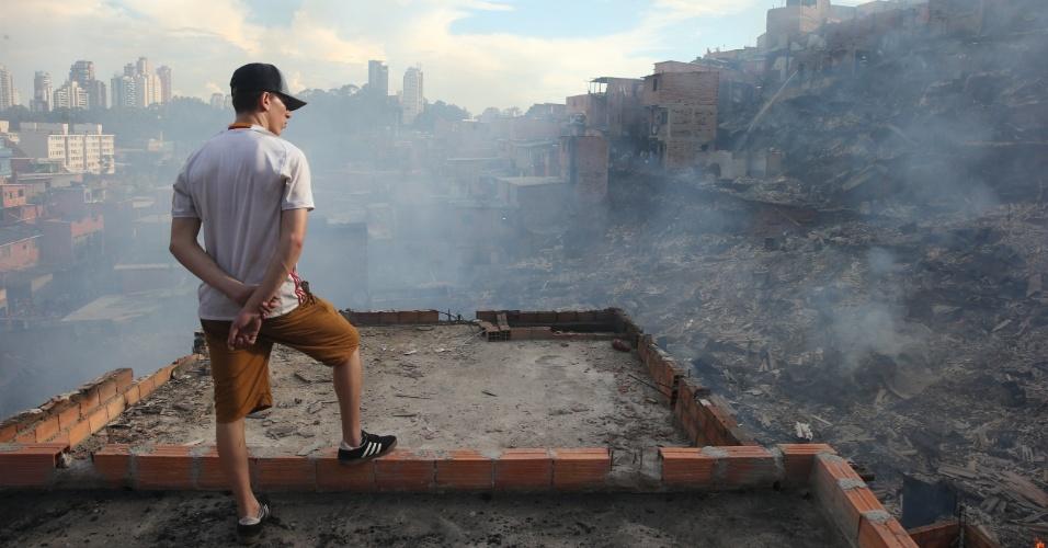 1.mar.2017 - Morador observa os estragos causados por um incêndio de grandes proporções que atingiu cerca de 50 barracos na favela de Paraisópolis, na zona sul de São Paulo
