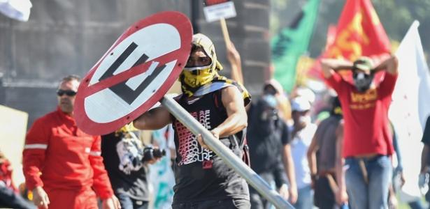 24.mai.2017 - Confronto entre policiais e manifestantes durante ato convocado pela Central Única dos Trabalhadores (CUT), a Força Sindical e outros sindicatos de várias partes do Brasil, nesta quarta-feira, 24, em Brasília. Os policiais usaram bombas de gás para dispersar os manifestantes