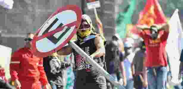 24.mai.2017 - Confronto entre policiais e manifestantes durante ato convocado pela Central Única dos Trabalhadores (CUT), a Força Sindical e outros sindicatos de várias partes do Brasil, nesta quarta-feira, 24, em Brasília. Os policiais usaram bombas de gás para dispersar os manifestantes - André Borges/Agif/Estadão Conteúdo