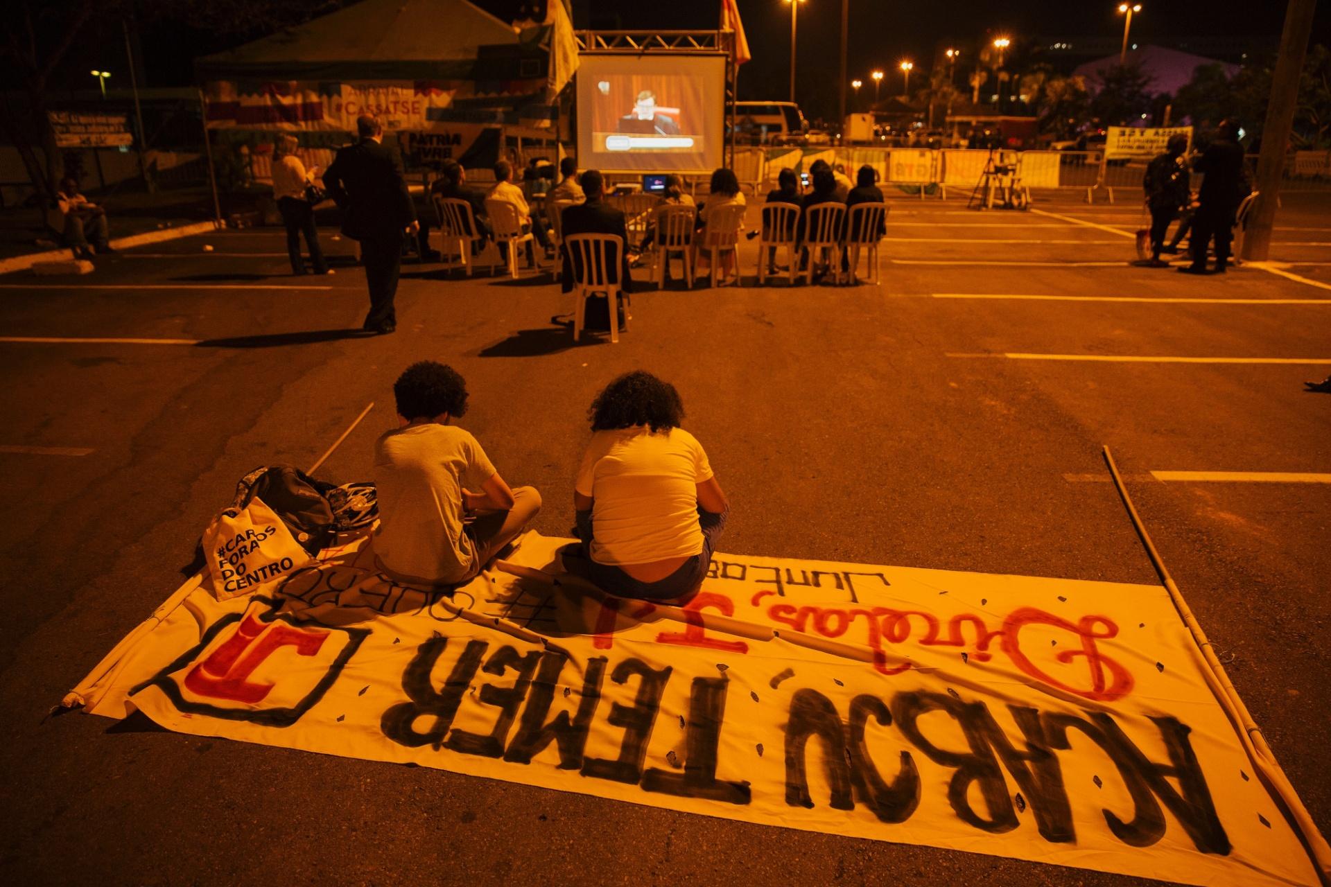 Público reduzido acompanha julgamento da chapa Dilma-Temer por meio de um telão instalado do lado de fora do prédio do TSE, em Brasília