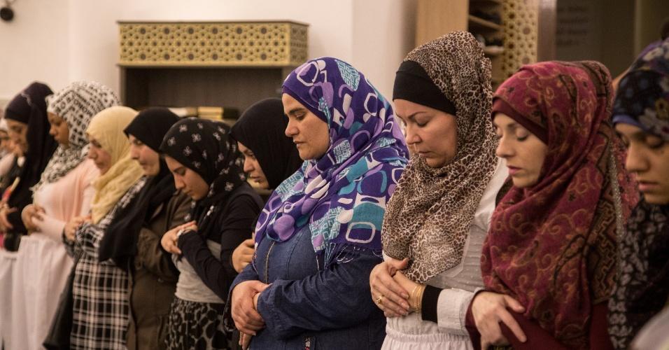 7.jun.2017 - Muçulmanas durante oração do quebra de jejum do Ramadã, na Mesquita Brasil, em São Paulo