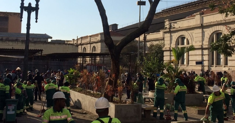 22.jun.2017 - Equipes da Prefeitura realizam uma operação de limpeza na nova cracolândia ocupada por dependentes químicos na região central de São Paulo