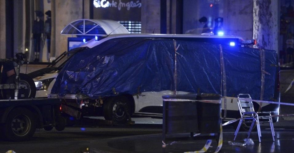 17.ago.2017 - Policiais isolam van usada em atentado terrorista nas Ramblas, um calçadão de pedestres e importante ponto turístico de Barcelona, Espanha. O ataque de autoria do Estado Islâmico deixou mortos e centenas de feridos