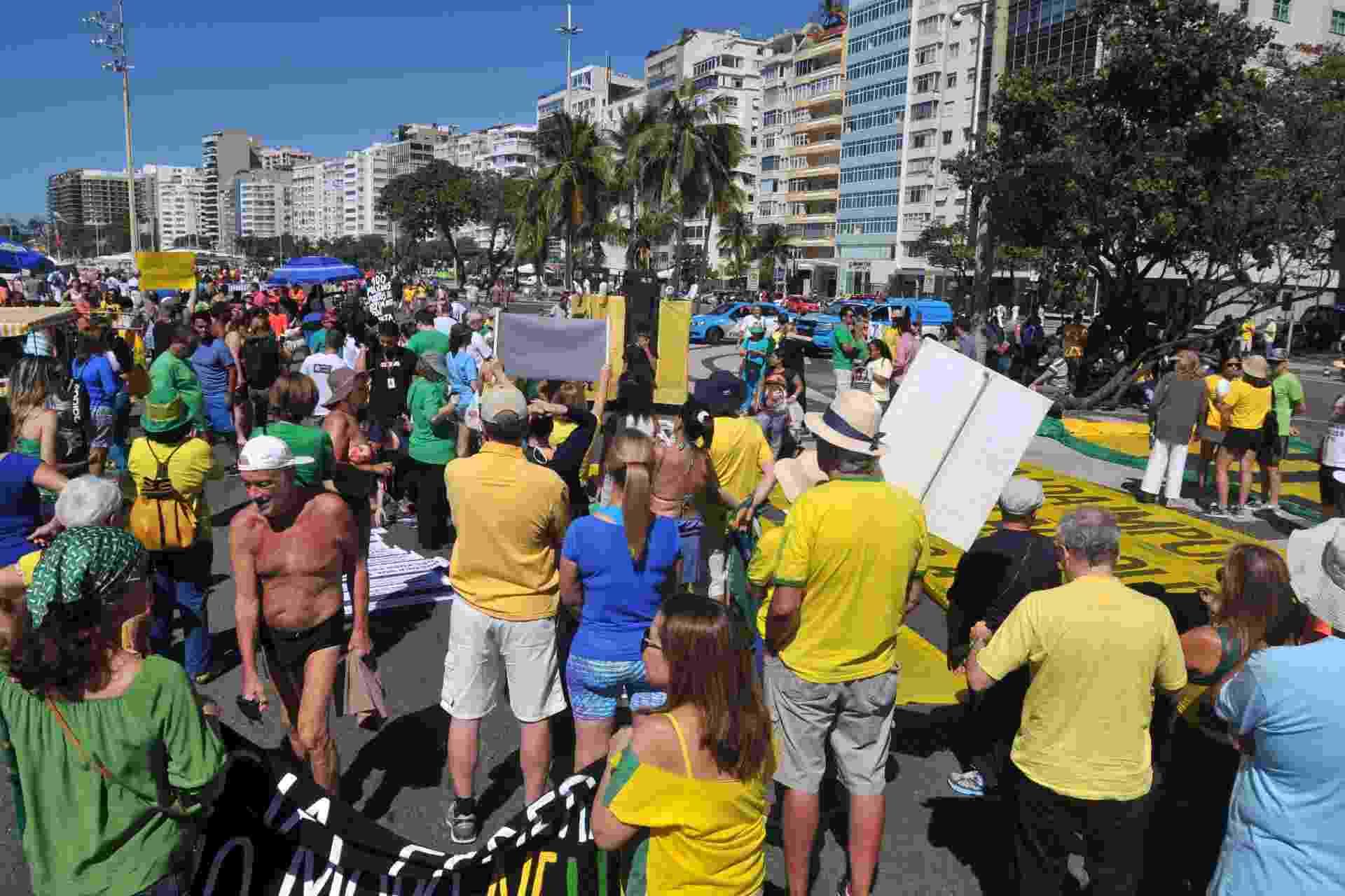 27.ago.2017 - Manifestantes se reúnem em Copacabana, zona sul do Rio de Janeiro (RJ), para protestar contra a impunidade e à favor da renovação política. O ato foi convocado pelo movimento Vem Pra Rua - Alessandro Buzas/Futura Press/Estadão Conteúdo