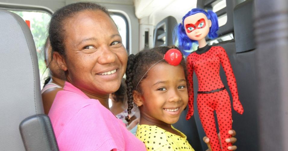 7.out.2017 - Criança segura boneca após receber alta médica da Fundajan (Fundação Hospitalar de Janaúba), onde estava internada desde que creche municipal em que estava foi incendia. Ao todo 16 crianças tiveram alta
