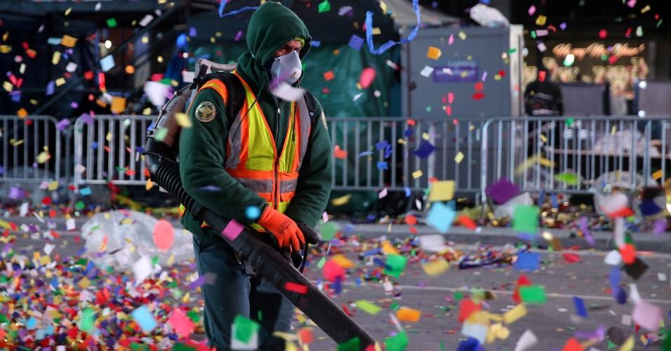 Departamento de limpeza de Nova York ajuda a limpar a cidade após Ano Novo