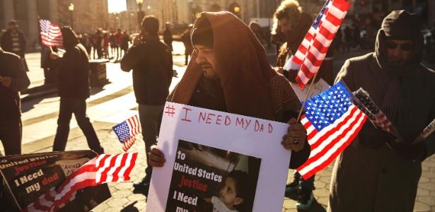 Iemenitas protestam, em Manhattan, Nova York, contra a decisão do governo Trump de barrar a entrada de compatriotas nos Estados Unidos