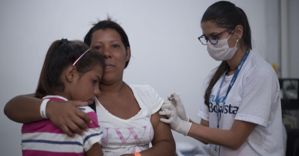 24.fev.2018 - Refugiada e sua filha são vacinadas em Boa Vista, Roraima