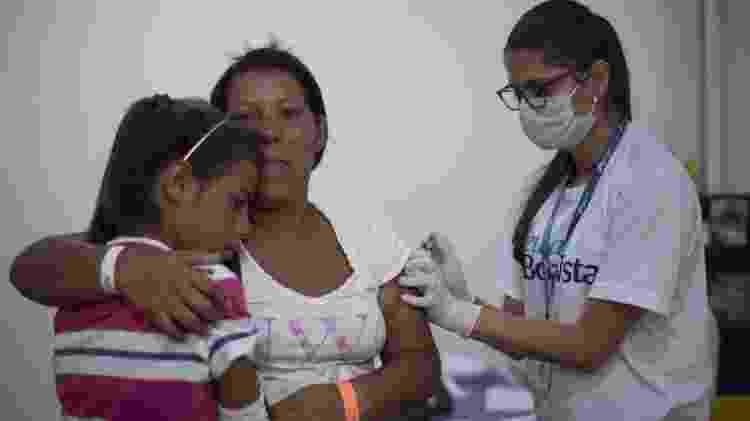 24.fev.2018 - Refugiada e sua filha são vacinadas em Boa Vista, Roraima - Mauro Pimentel/AFP