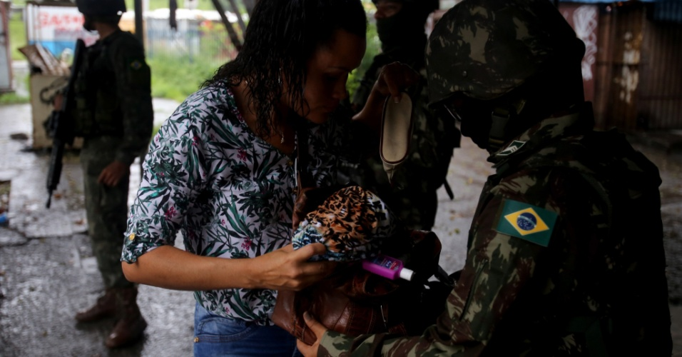 08.mar.2018 - Militares voltaram pela quinta vez à Vila Kennedy, comunidade da zona oeste do Rio, para retirar barricadas e combater o tráfico de drogas