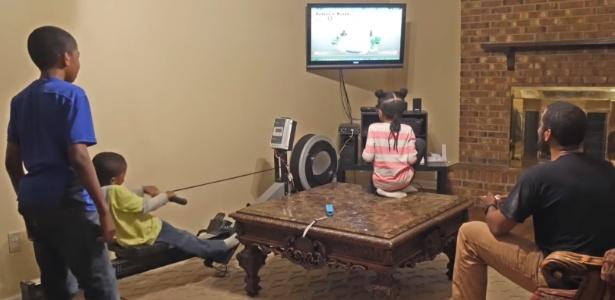 Crianças precisam usar aparelho de remo para conseguir fazer videogame funcionar - Reprodução
