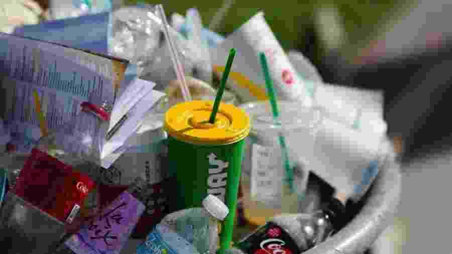 Também serão proibidos produtos como cotonetes, palitos em picolés e sorvetes e talheres de plástico não reutilizáveis - Getty Images