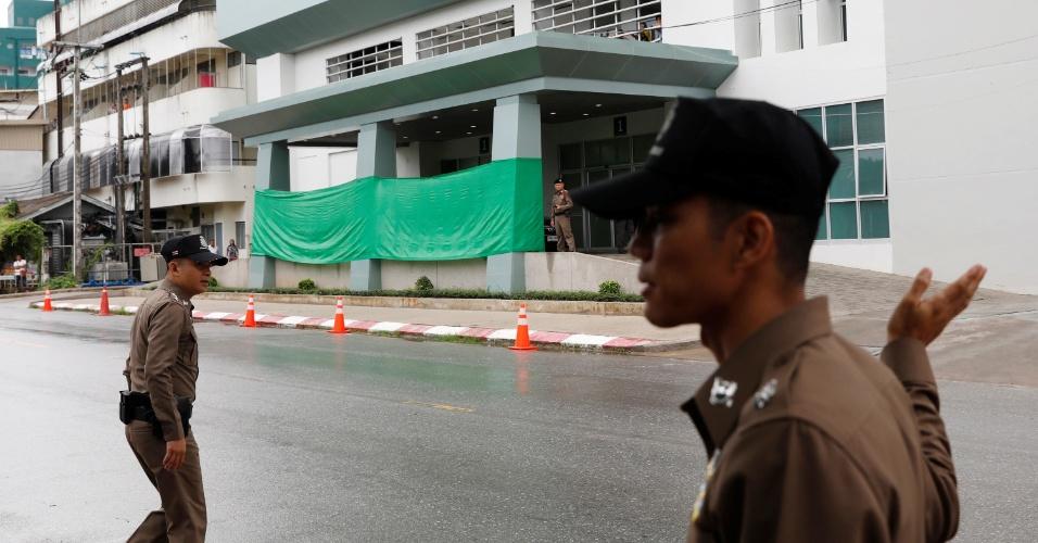 8.jul.2018 - Polícia mantém guarda em frente ao hospital de Chiang Rai, para onde devem ser levados os 12 estudantes e seu treinador após o resgate. Uma faixa verde foi colocada na entrada do pronto-socorro para impedir que as vítimas sejam vistas deixando as ambulâncias