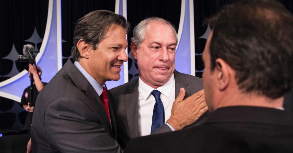 Fernando Haddad (PT) cumprimenta Ciro Gomes (PDT) durante o debate presidencial