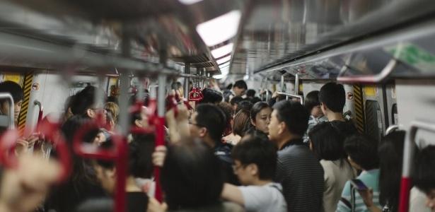 Deslocamentos diários em meios de transporte lotados são favoráveis à disseminação da gripe - Getty Images