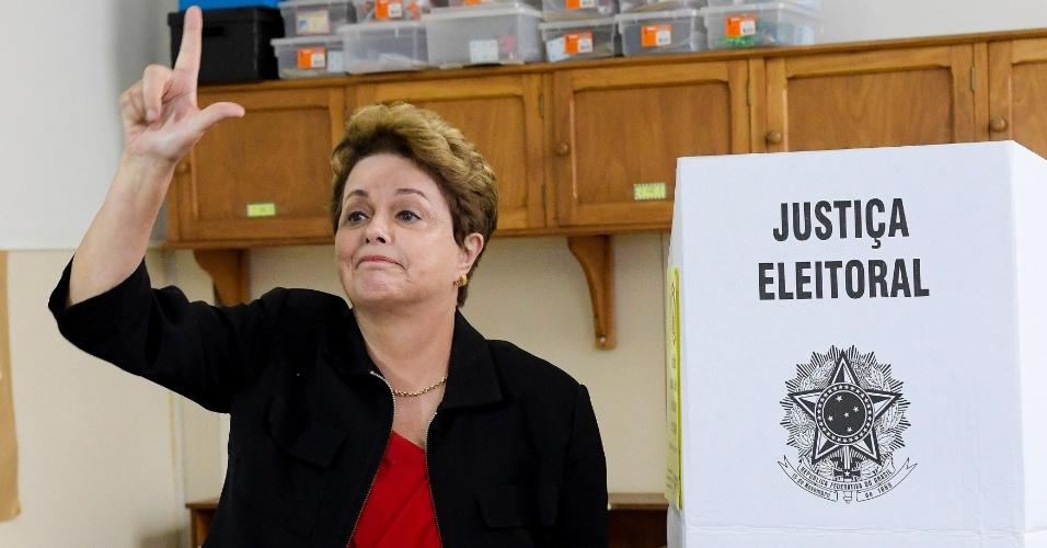"""A ex-presidente Dilma Rousseff vota em Belo Horizonte e faz sinal """"Lula Livre"""" diante da cabina de votação"""