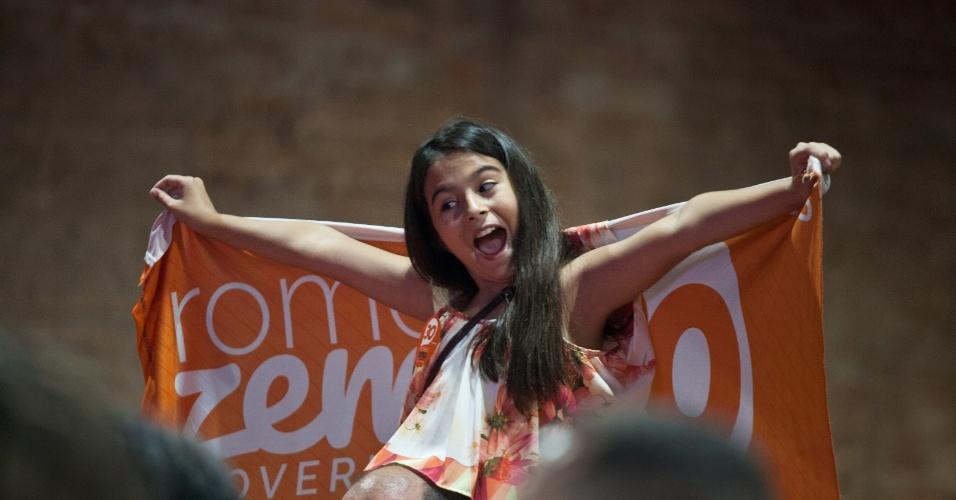 28.out.2018 - O candidato ao governo de Minas Gerais, Romeu Zema (Novo) comemora com apoiadores após ser eleito