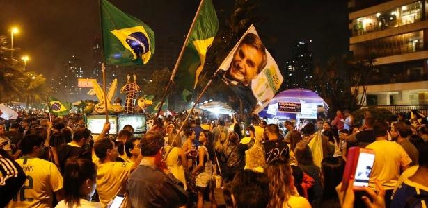 Após a apuração, apoiadores de Jair Bolsonaro festejam sua eleição diante do condomínio onde mora o candidato - Fernando Frazão/Agência Brasil
