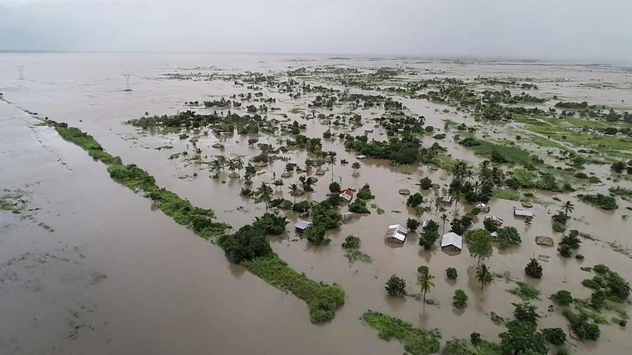 20.mar.2019 - Vista aérea de casas submersas após a passagem do ciclone tropical Idai na cidade de Beira, em Moçambique - UN World Food Programme via AFP