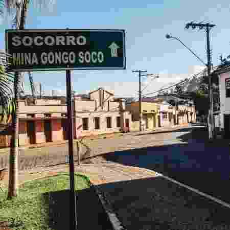 25.mai.2019 - Placa indicando a direção para o povoado de Socorro e a mina de Gongo Soco, em Barão de Cocais (MG) - Luciana Quierati/UOL