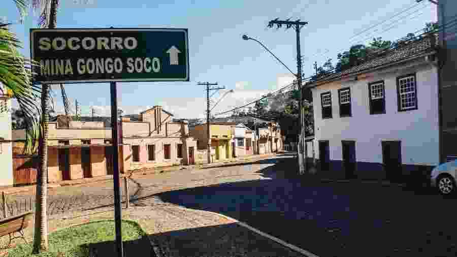 25.mai.2019 - Placa indicando a direção para o povoado de Socorro e a mina de Gongo Soco, da Vale, em Barão de Cocais (MG) - Luciana Quierati/UOL