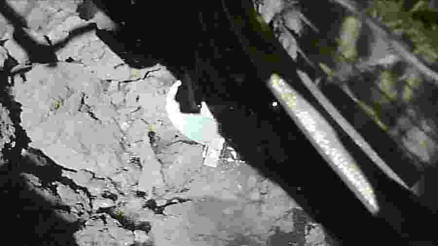 """Após pouso de """"sucesso"""" em asteroide, sonda deve recolher amostras de poeira do subsolo - AFP PHOTO / ISAS-JAXA"""