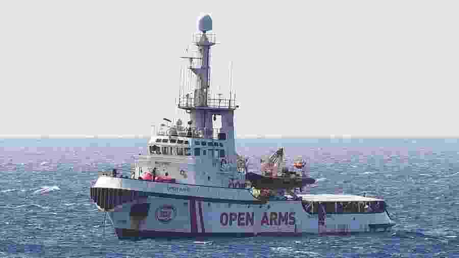 Barco humanitário da ONG espanhola Open Arms, que se encontra atualmente perto da ilha italiana de Lampedusa - Guglielmo Mangiapane/Reuters