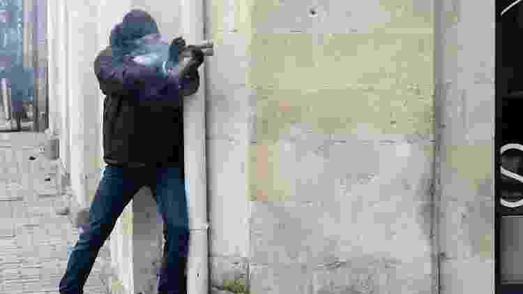 Manifestante francês usa rojão durante a greve geral, em Nantes - Sebastien SALOM-GOMIS / AFP
