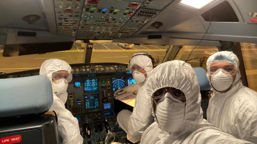 Tripulantes de voos usam roupa especial de proteção contra o coronavírus - Divulgação