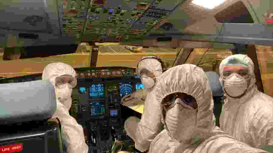 Tripulantes de voo usam roupa especial de proteção contra o coronavírus - Divulgação