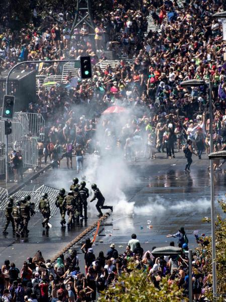 Marcha em Santigo, no Chile, para marcar o Dia das Mulheres, tem confronto com a polícia - MARTIN BERNETTI/AFP