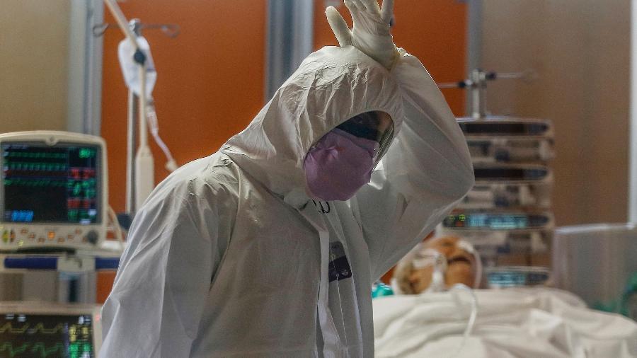 25.mar.2020 - Itália - Médico cuida de paciente infectado com o COVID-19 na unidade de terapia intensiva do Hospital Casal Palocco, nesta quarta-feira 25. - Cecilia Fabiano/LaPresse