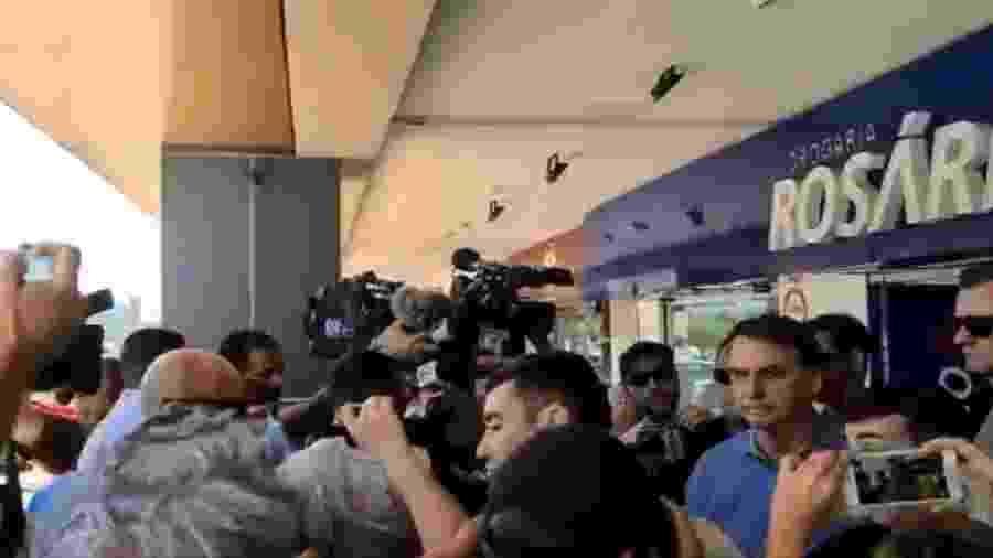 O presidente Jair Bolsonaro visita uma farmácia em Brasília e é cercado por jornalistas e apoiadores - Reprodução/Twitter/@patriotas