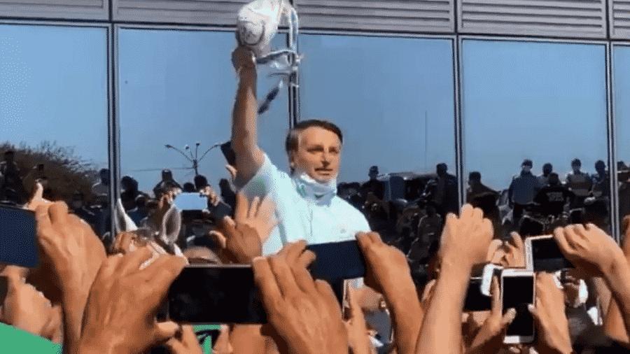 O presidente Jair Bolsonaro (sem partido) se aproxima de aglomeração sem usar máscara em evento na Bahia - Reprodução/TV Clube