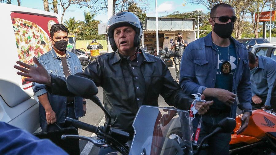 Presidente Jair Bolsonaro (sem partido) saiu para um passeio de moto na manhã deste domingo (2) em Brasília - Gabriela Biló/Estadão Conteúdo