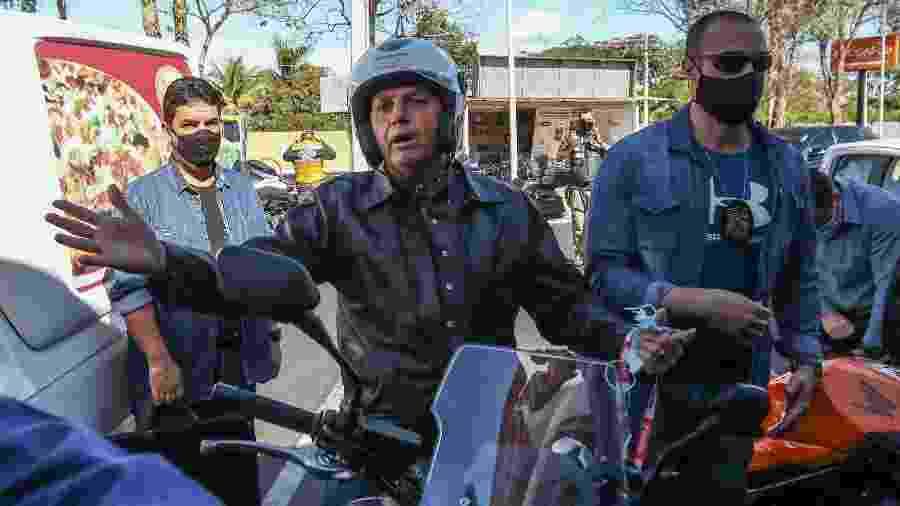 Presidente Jair Bolsonaro (sem partido) é visto durante passeio de moto na manhã deste domingo (2) em Brasília - Gabriela Biló/Estadão Conteúdo