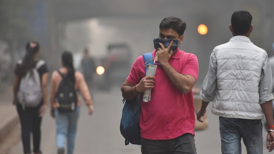 Homem cobre rosto por causa de poluição - Getty Images