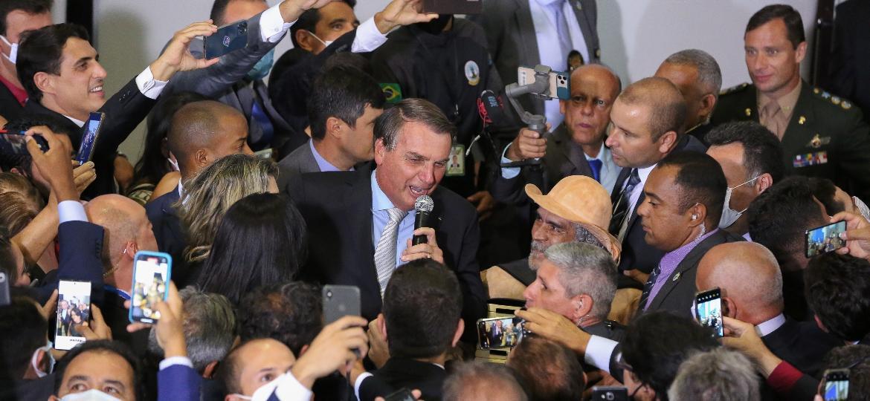 Presidente Jair Bolsonaro (sem partido) provoca aglomeração durante cerimônia de posse de ministros no Palácio do Planalto - Divulgação/Júlio Nascimento