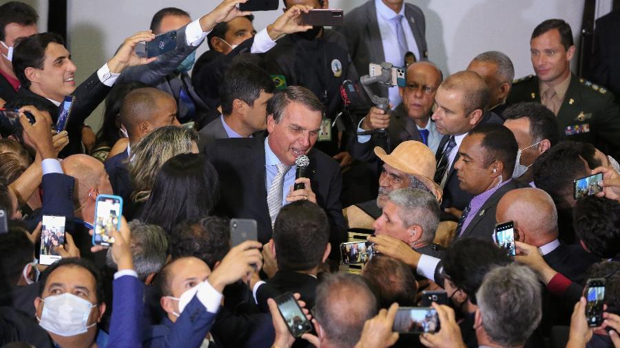 26.02.2021 - Presidente Jair Bolsonaro (sem partido) provoca aglomeração durante posse de ministros em Brasília - Divulgação/Júlio Nascimento