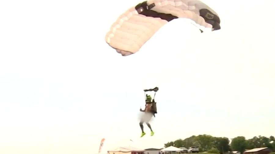 Cena do paraquedista pelado pousando - Divulgação/YouTube/ CBS Miami