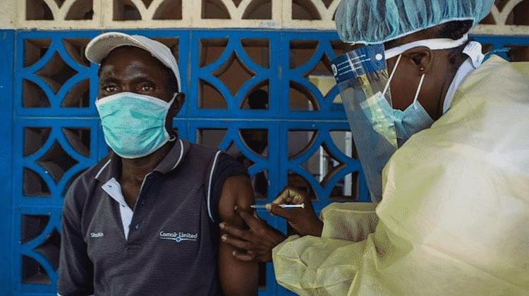 No Zimbábue, apenas 4% dos cidadãos receberam duas doses da vacina contra a covid-19 - Getty Images - Getty Images