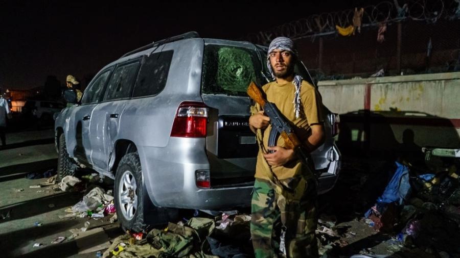 26.ago.2021 - Membro do Talibã guarda posto de controle do lado de fora do aeroporto de Cabul, no Afeganistão - Marcus Yam/Los Angeles Times via Getty Images