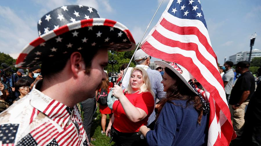 Manifestantes apoiam pessoas que invadiram o Capitólio em 6 de janeiro, em uma tentativa de reverter a derrota eleitoral do então presidente Donald Trump - Por Jan Wolfe e David Morgan