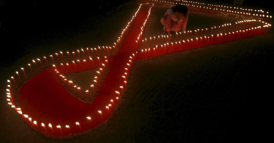 30.nov.2015 - Ativistas acendem velas durante uma campanha de conscientização sobre a Aids, na véspera do Dia Mundial de luta contra a doença, em Agartala, Índia