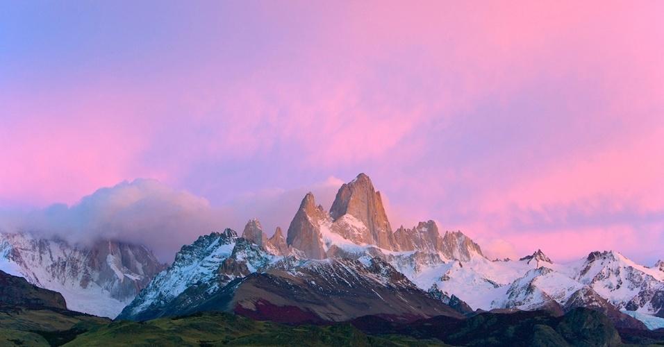 2.dez.2015 - Nuvens rosas e cirros se acumulam sobre os picos de granito no maciço de Fitz Roy, na Patagônia. A montanha, escalada pela primeira vez em 1952, ainda está entre as mais difíceis do mundo para os alpinistas