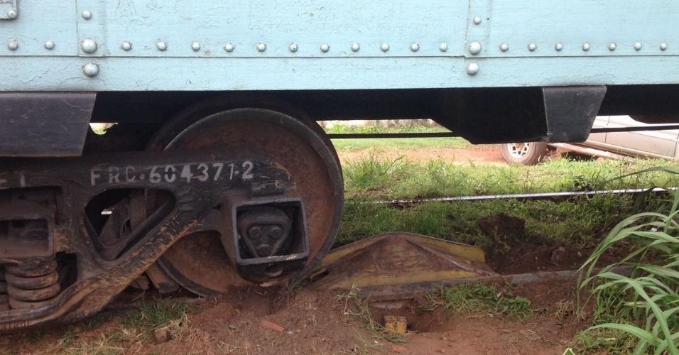 4.abr.2016 - Um trem carregado de 4.abr.2016 - Um trem carregado de combustível descarrilou da linha férrea no momento que atravessava a BR-343, entre Teresina e Altos (PI), na manhã desta segunda-feira (4), e interrompeu o trânsito de veículos. O trecho interditado da rodovia é a principal ligação entre a região norte do Estado e Teresina. Segundo a Polícia Rodoviária Federal, não houve ferido nem derramamento da carga. A liberação da rodovia ocorreu quase quatro horas depois do acidentedescarrilou da linha férrea no momento que atravessava a BR-343, entre Teresina e Altos (PI), na manhã desta segunda-feira (4), e interrompeu o trânsito de veículos. O trecho interditado da rodovia é a principal ligação entre a região norte do Estado e Teresina. Segundo a Polícia Rodoviária Federal, não houve derramamento da carga e não há feridos. A liberação da rodovia ocorreu quase quatro horas depois do acidente