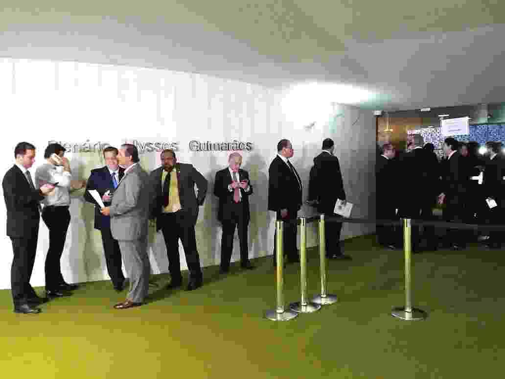 15.abr.2016 - Deputados acordaram cedo à espera da abertura das inscrições para discursar amanhã nos debates sobre o processo de impeachment contra a presidente Dilma Rousseff - Felipe Amorim/UOL